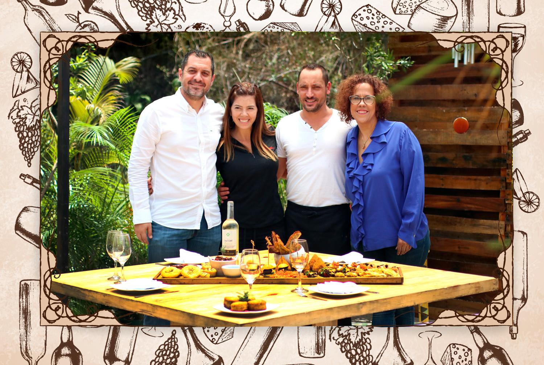 """Así me presento: """"Viajar, comer y disfrutar de los vinos y destilados son placeres que cultivo con mi familia. Aquí me ven en Cocina Mágica con Matilde Veneziano, Maurilio Magaldi y Adriana Gibbs"""". (FOTO: @gastrobrand)"""